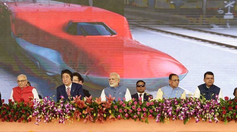 Les premiers ministres indien Narendra Modi (au centre) et japonais Shinzo Abe (à sa droite), jeudi, à Ahmedabad, lors de l'inauguration du chantier de la ligne à grande vitesse Ahmedabad-Bombay. HANDOUT/AFP
